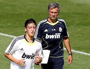 Ozil e Mourinho, treino Real Madrid (Foto: Reuters)