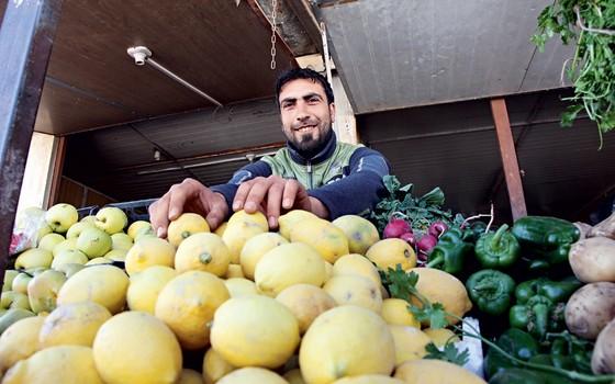 Muhadeen,24 dendedor de frutas e leguemes  em Za'atari (Foto: AHMAD ABDO/AFP/ÉPOCA)
