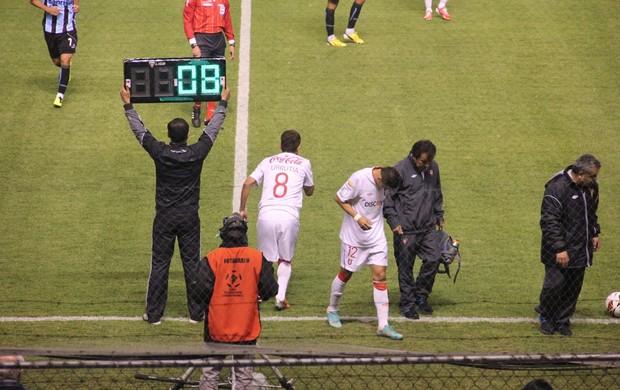 Rojas deixa gramado com lesão no joelho e desfalcará LDU (Foto: Robson Stefani/RBS TV)