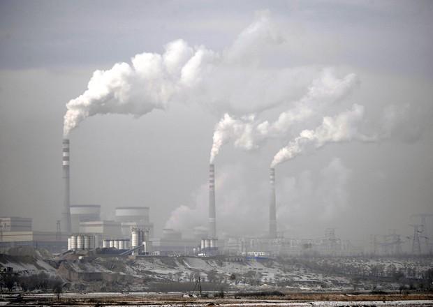Imagem de dezembro de 2009 mostra fumaça de chaminés na província de Shanxi, na China (Foto: Andy Wong/AP)