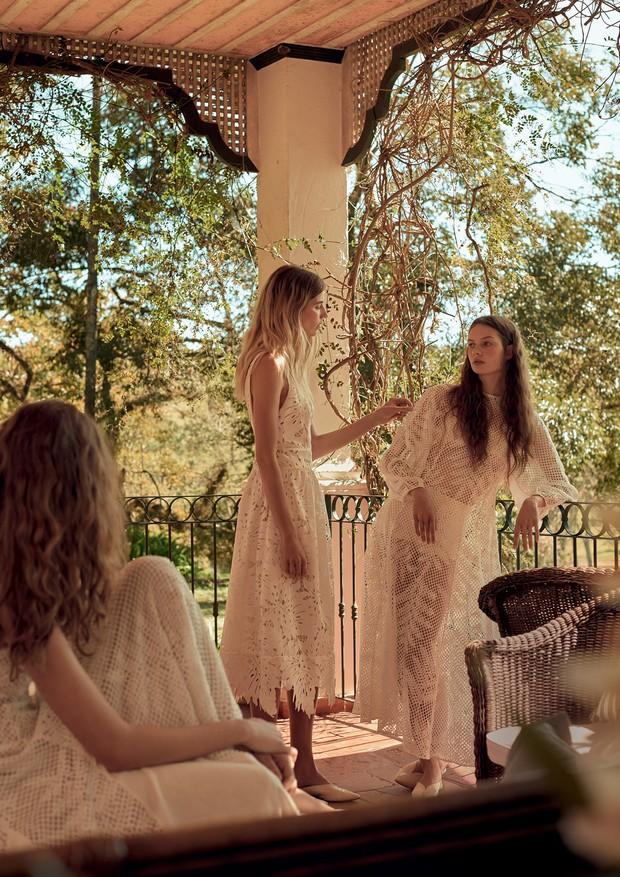 Da esquerda para a direita, Ana Meier usa vestido de tecido inspirado em tela de tear com desenhos de bromélias (R$ 3.994); Veronika Heilbrunner usa vestido de renda guipure com desenho de plantas nativas (R$ 3.894); Bianca Gertz usa vestido de tecido ins (Foto: Gui Paganini)