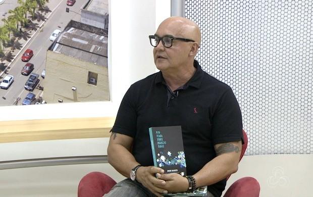 Escritor Júnior Dalberto contou sobre a aventura que viveu em viagem no Peru, que está retratada na obra (Foto: Acre TV)