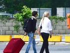 Sophie Charlotte deixa aeroporto de mãos dadas com a mãe