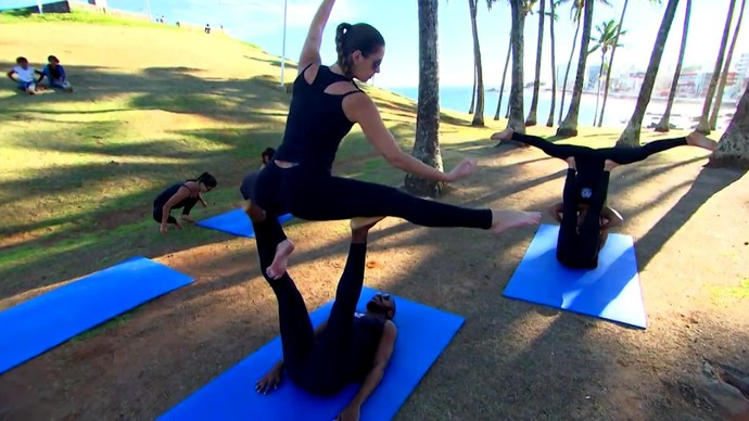 Acroyoga mistura elementos de massagem tailandesa, yoga e acrobacia (Foto: TV Bahia)