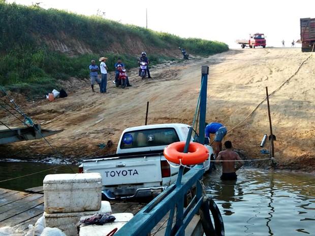 Carro fazia a travessia entre Cruzeiro do Sul e Rodrigues Alves  (Foto: Jhonatas Fabrício/Arquivo pessoal)