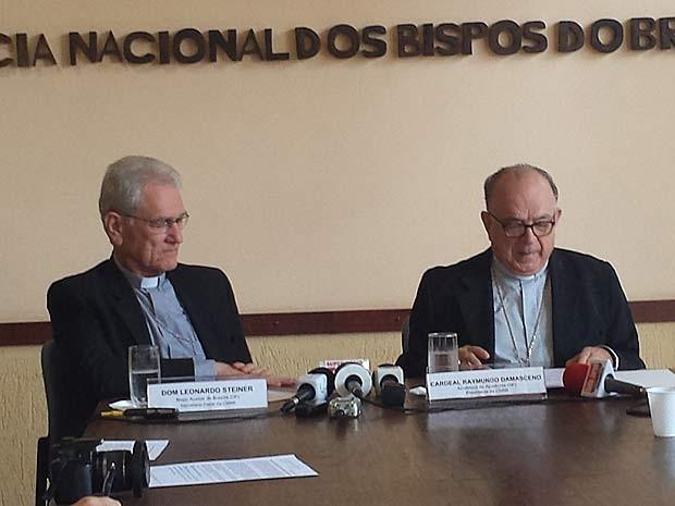 O secretário-geral da CNBB, Dom Leonardo Ulrich Steiner (esquerda), e o presidente da entidade, Raymundo Damasceno Assis (Foto: Isabella Formiga/G1)