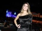 Namorada de Luan Santana usa vestido curtinho para ir a show dele