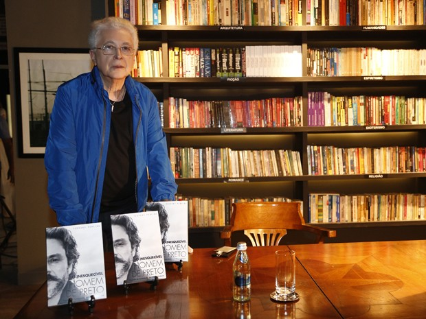 Aguinaldo Silva posa no cenário da cena em que o autor pede autógrafo para Téo Pereira  (Foto: Raphael Dias/Gshow)