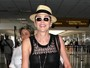 Sharon Stone, sem sutiã, é traída pelos flashes dos paparazzi