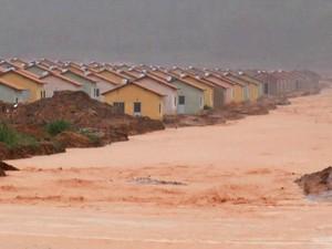 Casas do 'Minha Casa Minha Vida' ficaram à beira de um rio de lama em Santarém (Foto: Reprodução/TV Tapajós)