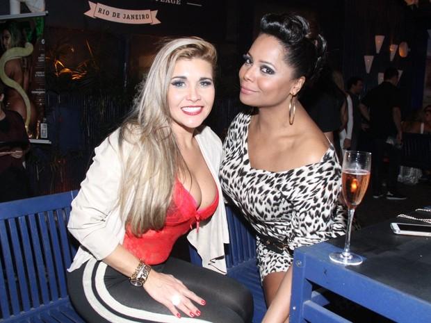 Gracy Kelly, a Mulher Maçã, e Adriana Bombom em festa na Zona Oeste do Rio (Foto: Thyago Andrade/ Foto Rio News)