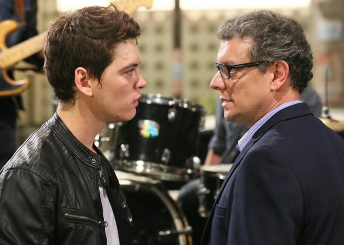 João e o pai discutem na festa de formatura do Leal Brazil (Foto: Isabella Pinheiro/Gshow)