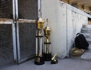 Taças da Segundona ficam no chão durante a partida entre Sete e São Domingos (Foto: Caio Lorena / GloboEsporte.com)