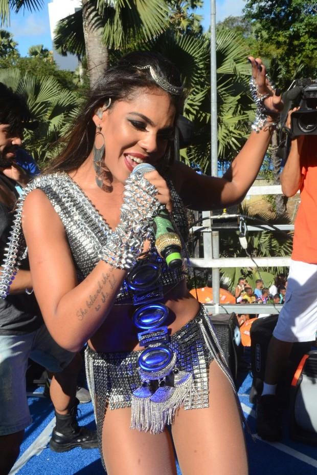 Ego Tays Reis Da Banda Vingadora Requebra Muito Em Cima De Trio Noticias De Carnaval 2016