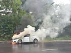 Carro com quatro pessoas pega fogo e ninguém se fere, em Manaus