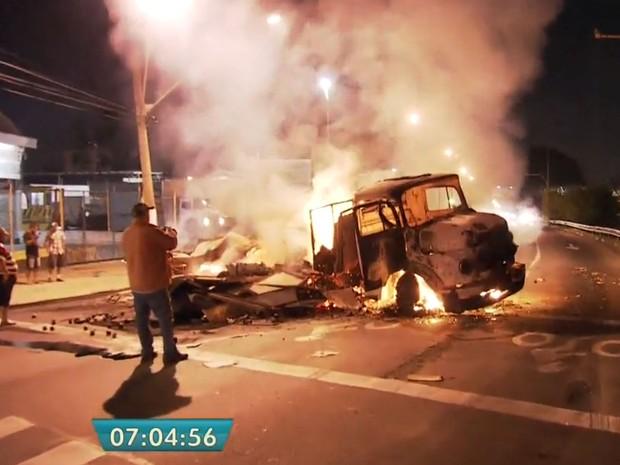 Caminhão foi incendiado na ação dos bandidos no ataque à sede da Protege em Santo André (Foto: TV Globo/Reprodução)