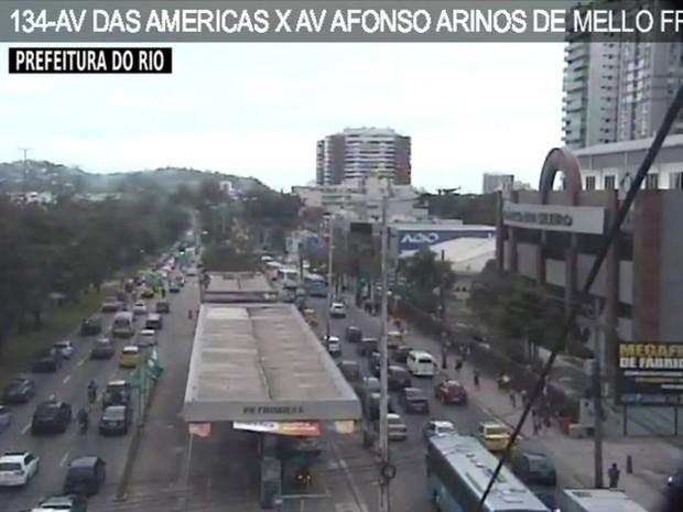 Há lentidão na Avenida das Américas, sentido Zona Sul, a partir da Eurobarra, devido a caminhão enguiçado no Elevado do Joá, na tarde desta terça-feira (29) (Foto: Reprodução/Centro de Operações)