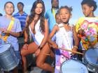 Ex-affair de Gusttavo Lima faz fotos sensuais em favela carioca