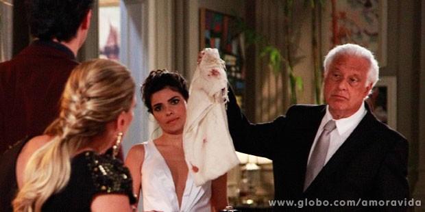 César exibe a echarpe que envolvia Paulinha na noite do roubo (Foto: Ellen Soares/TV Globo)