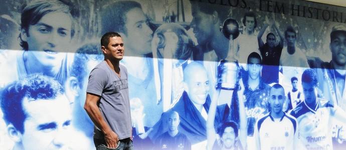 Marcelo Ramos ao lado do painel do Cruzeiro (Foto: Léo Simonini / Globoesporte.com)