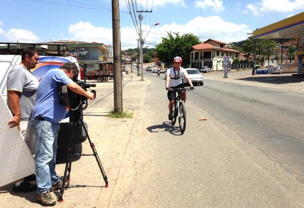 O apresentador Rafael Custódio percorreu bairros de Joinville numa bicicleta; reportagem será exibida no sábado (8) (Foto: Divulgação/RBS TV)