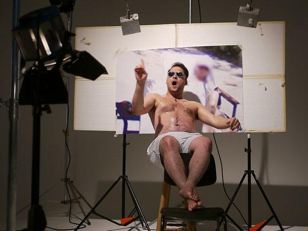 O vocalista Vinícius Louzada, da banda Tereza, na gravação do clipe de 'Sandau' (Foto: Divulgação)