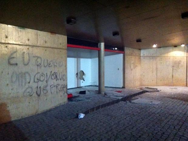 Porta de vidro da Prefeitura foi quebrada e manifestantes invadiram o prédio (Foto: Gullit Pacielle/G1)
