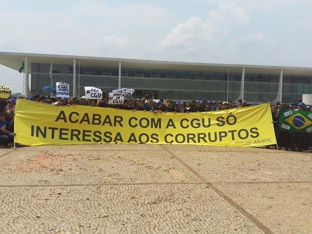Servidores da CGU durante manifestação na Praça dos Três Poderes (Foto: Isabella Calzolari/G1)