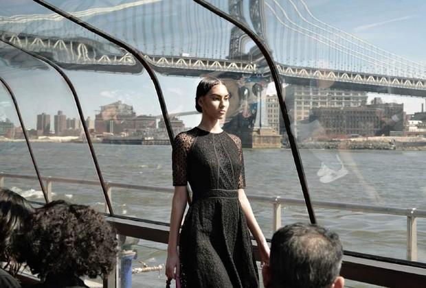 Modelo desfila em barco diante da Brooklyn Bridge (Foto: Divulgação)