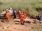 Carro capota com quatro pessoas na BR-060; duas tiveram ferimentos leves