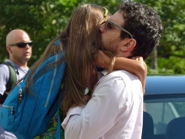 Caco abraça Kiria Malheiros, sua filha na trama (Foto: Salve Jorge/TV Globo)