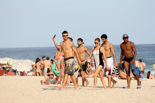 Fernanda Lima e Rodrigo Hilbert na praia (Foto: JC Pereira/AgNews)