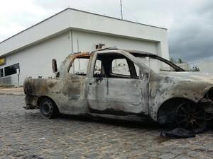 Carro queimado em ação de bandidos na Mata Norte (Foto: Bruno Fontes/ TV Globo)