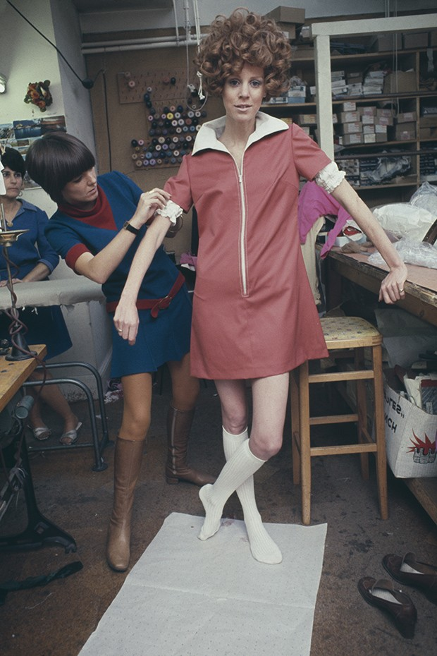 British fashion designer Mary Quant making final adjustments to a zip-up mini-dress on a fashion model in her London design studio, January 1967 (Foto: GETTY)