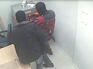 Bandidos aparecem encapuzados nas imagens das câmeras de segurança (Foto: Reprodução)