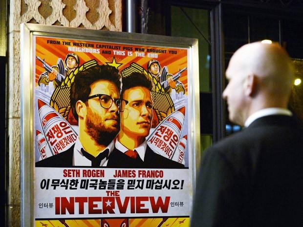 Segurança protege entrada de sala de cinema nos EUA durante pré-estreia do filme 'A entrevista' (Foto: REUTERS/Kevork Djansezian/Files)