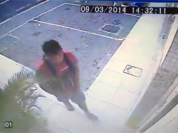 O bandido tentou quebrar a câmera de segurança (Foto: Reprodução/InterTV)