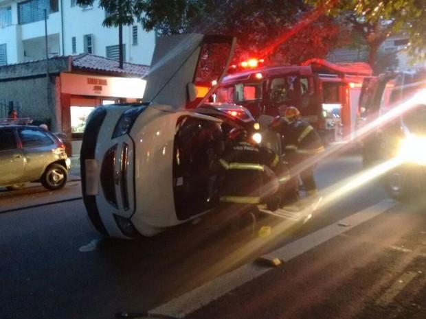 Bombeiros retiram vítima de carro em Pinheiros (Foto: Fábio Tito/G1)