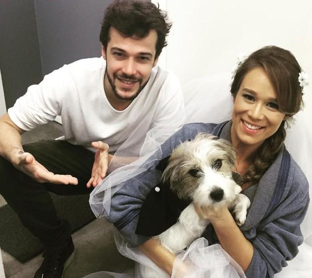 Jayme Matarazzo e Mariana Ximenes com Tito nos bastidores de Haja Coração (Foto: Reprodução/Instagram)