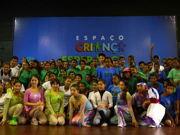 Artistas do espetáculos participaram de momento de integração com alunos do projeto (Foto: Divulgação / Criança Esperança)