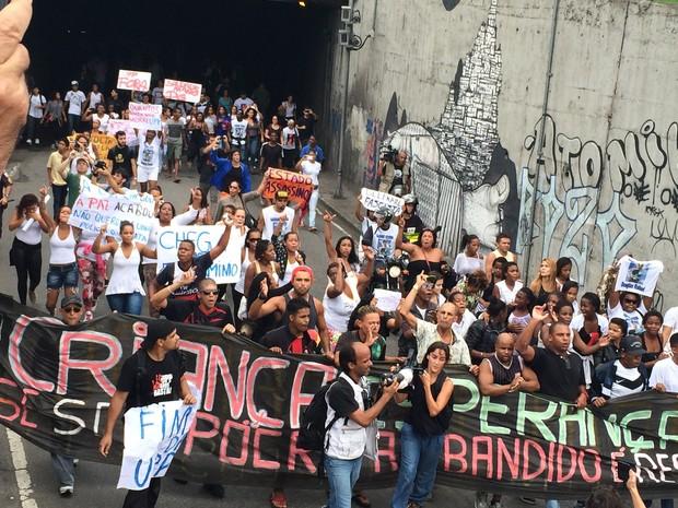 Grupo de manifestantes caminha em direção ao Cemitério São João Batista (Foto: Daniel Silveira / G1)