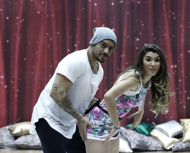 Lucas Lucco e Ana Paula Guedes ensaiam pegadas do funk (Foto: Inácio Moraes/ TV Globo)