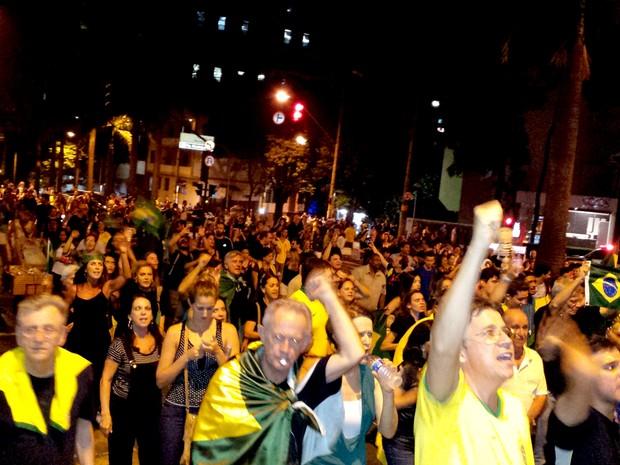 Manifestantes contra Lula e Dilma se reúnem na Praça da Liberadade, em Belo Horizonte, na noite desta quinta-feira (17) (Foto: Thaís Pimentel/ G1)