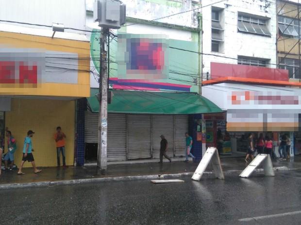 Parte do teto de loja desabou no Centro de Campina Grande, após chuva (Foto: Geovana Teixeira / Arquivo Pessoal)
