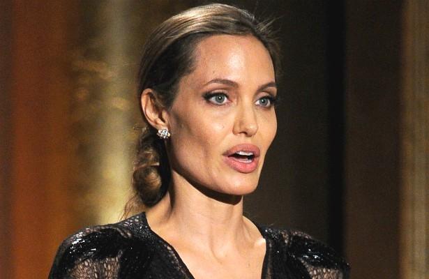 Nem o título de Embaixadora da Boa Vontade do Alto Comissariado da ONU (Organização das Nações Unidas) ajudou Angelina Jolie. Em junho de 2014, a atriz deveria comparecer a uma reunião internacional em Cartum, capital do Sudão, mas acabou parada pela polícia do país africano. (Foto: Getty Images)