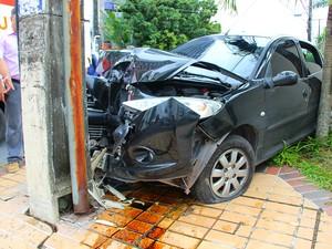 Motorista bateu carro em poste (Foto: Adneison Severiano/G1 AM)