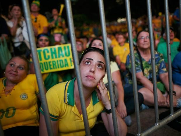 Manifestantes pró-impeachment acompanham a votação do processo de impeachment em um telão instalado na Esplanada dos Ministérios, em Brasília (Foto: Adriano Machado/Reuters)