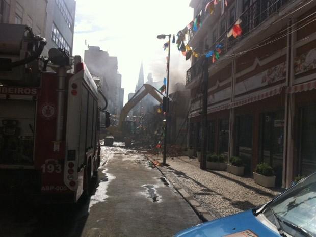 Máquinas derrubam paredes do prédio da Papelaria Caçula, atingida pelo fogo na Saara (Foto: Alba Valéria Mendonça/G1)