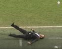 Técnico brincalhão ataca de ator e vai ao chão em duelo pela Copa da Inglaterra