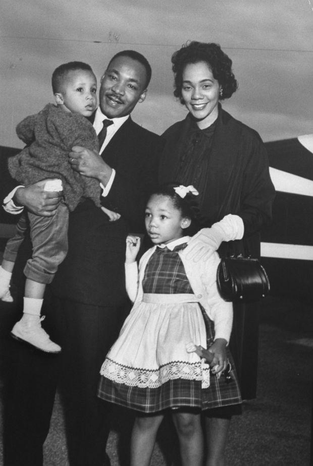 1960 – Martin Luther King com a mulher, Coretta, e os filhos Martin III e Bernice, ao deixar a prisão do Estado da Georgia. Luther King foi detido após liderar protestos em favor de Rosa Parks, negra presa por não ceder o assento no ônibus a um branco (Foto: Donald Uhrbrock/Time Life Pictures/Getty Images)